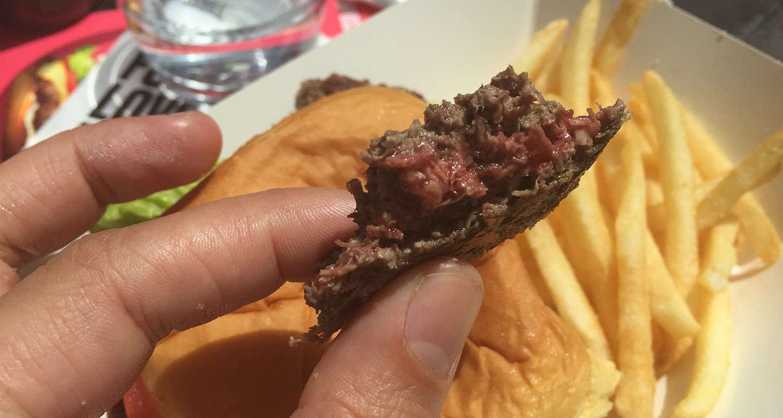 Hamburguesa vegana que simula carne poco hecha