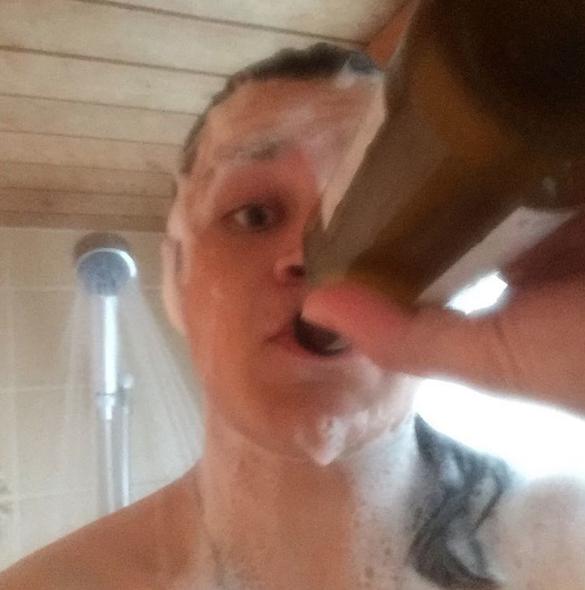 Aficionados a beber cerveza en la ducha