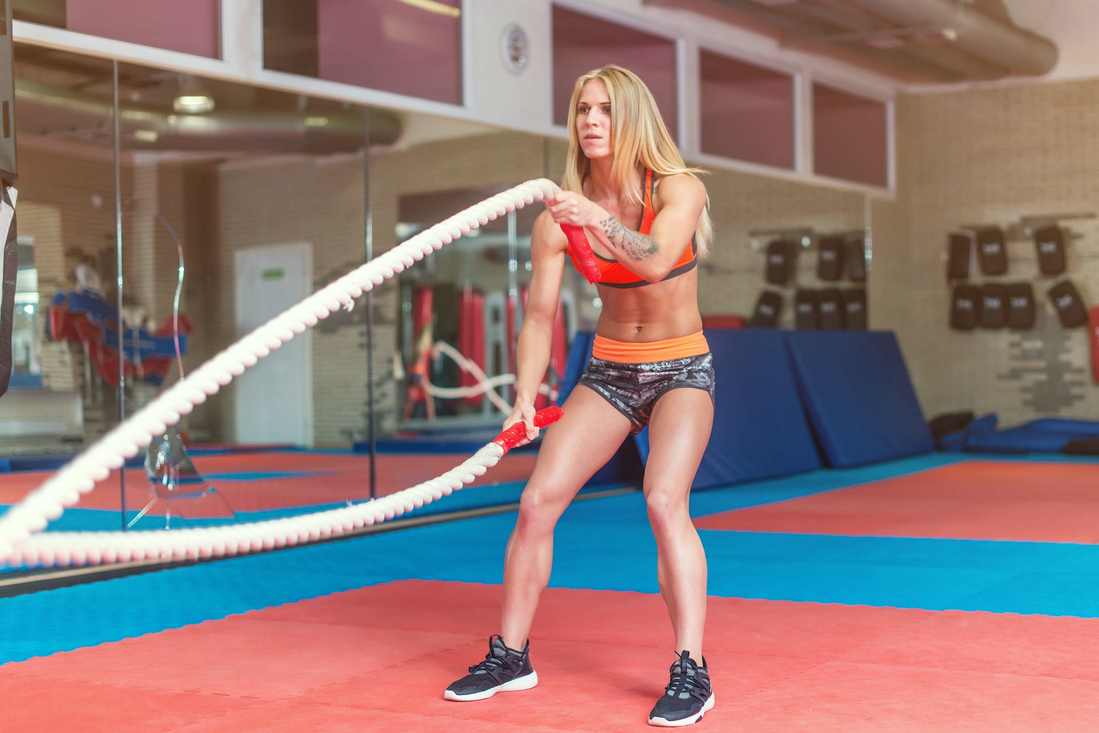 Personas practicando battle ropes