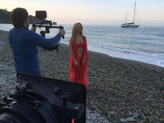 Espectacular Edurne en el rodaje del anuncio de la Vuelta... ¡y también desnuda!