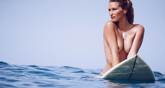 Lucía Martiño desnuda entre olas y curvas