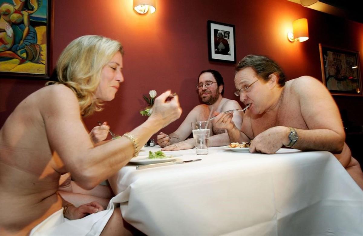 Un restaurante nudista que prohíbe la entrada a viejos y gordos