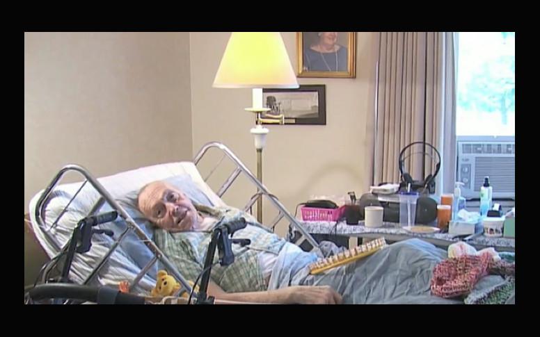 Un enfermo de cáncer de 91 años hace gorritos para gente sin hogar