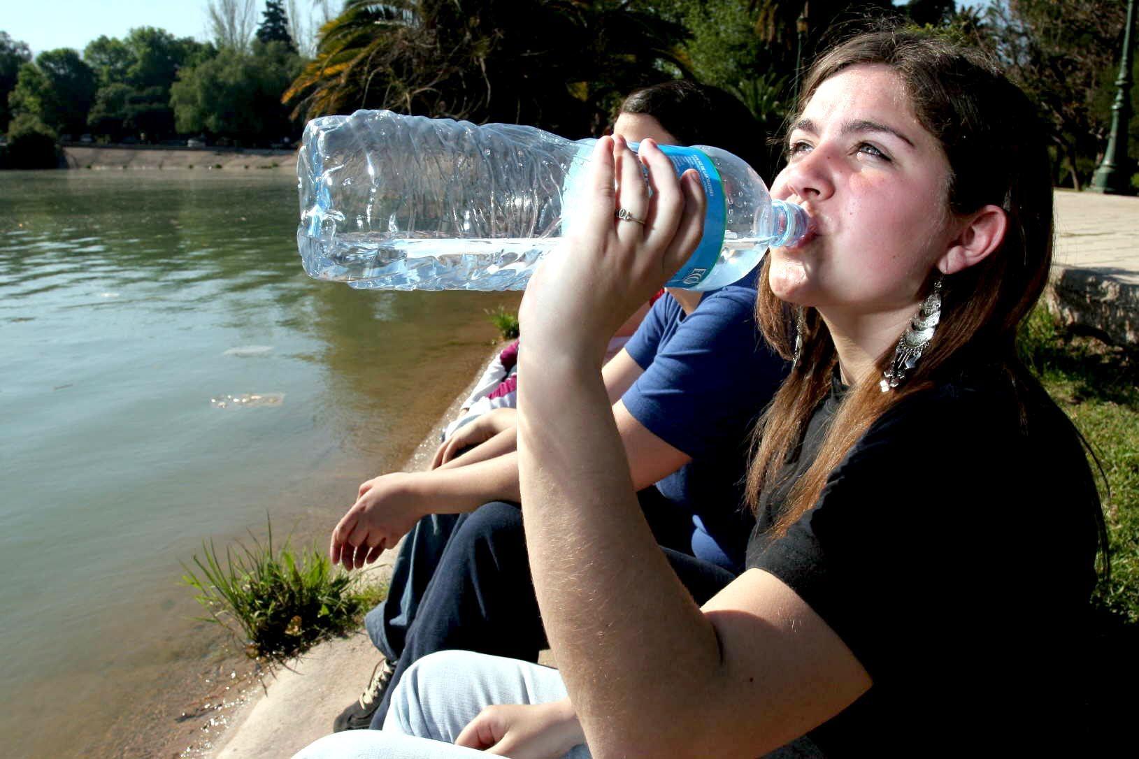 Señales del cuerpo de que estamos bebiendo poca agua