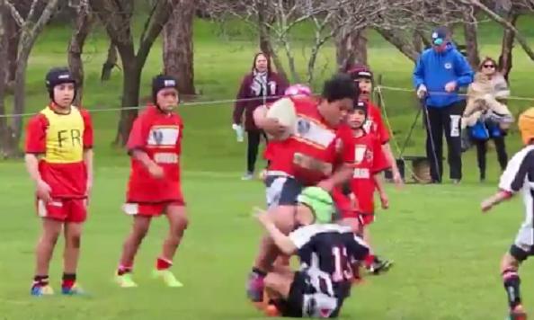 Este niño de 8 años es una bestia jugando al rugby