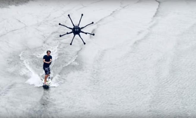 Dronesurfing: el último y más caro deporte acuático del mundo