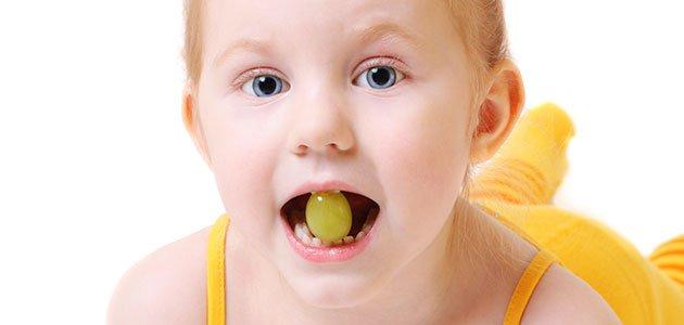 Por qué no deberías darle a tu hijo uvas en Nochevieja