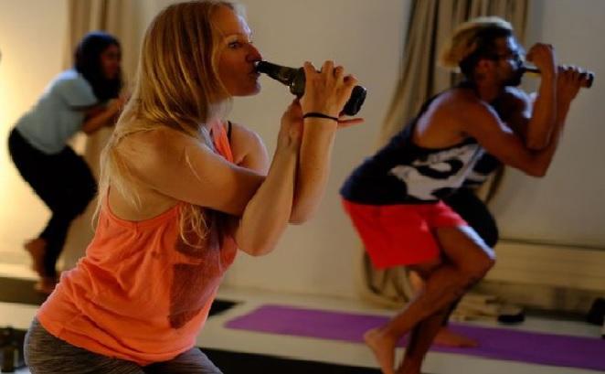 BeerYoga: el nuevo deporte que mezcla yoga y cerveza