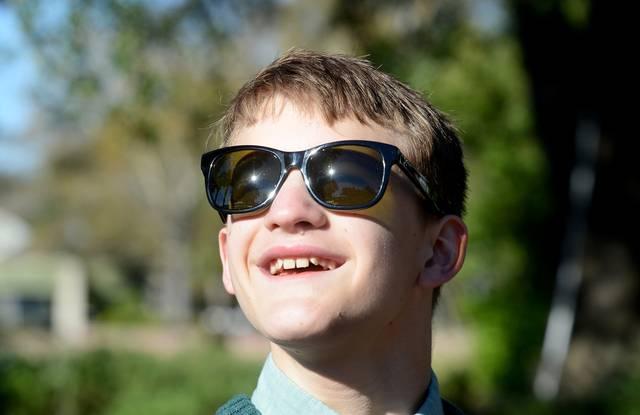 Este hombre inventó por casualidad unas gafas que corrigen el daltonismo