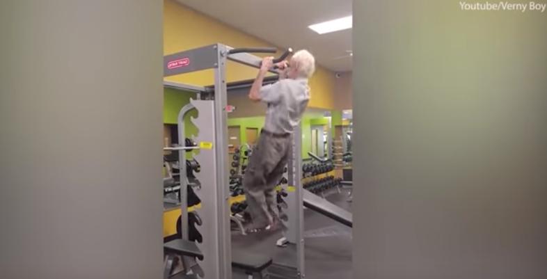 hombre 90 años gimnasio