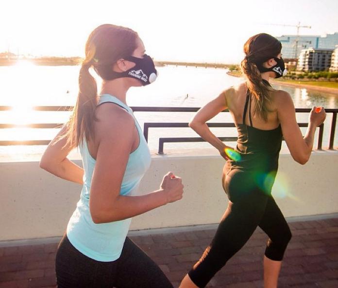 ¿Por qué los famosos están entrenando con estas extrañas máscaras?
