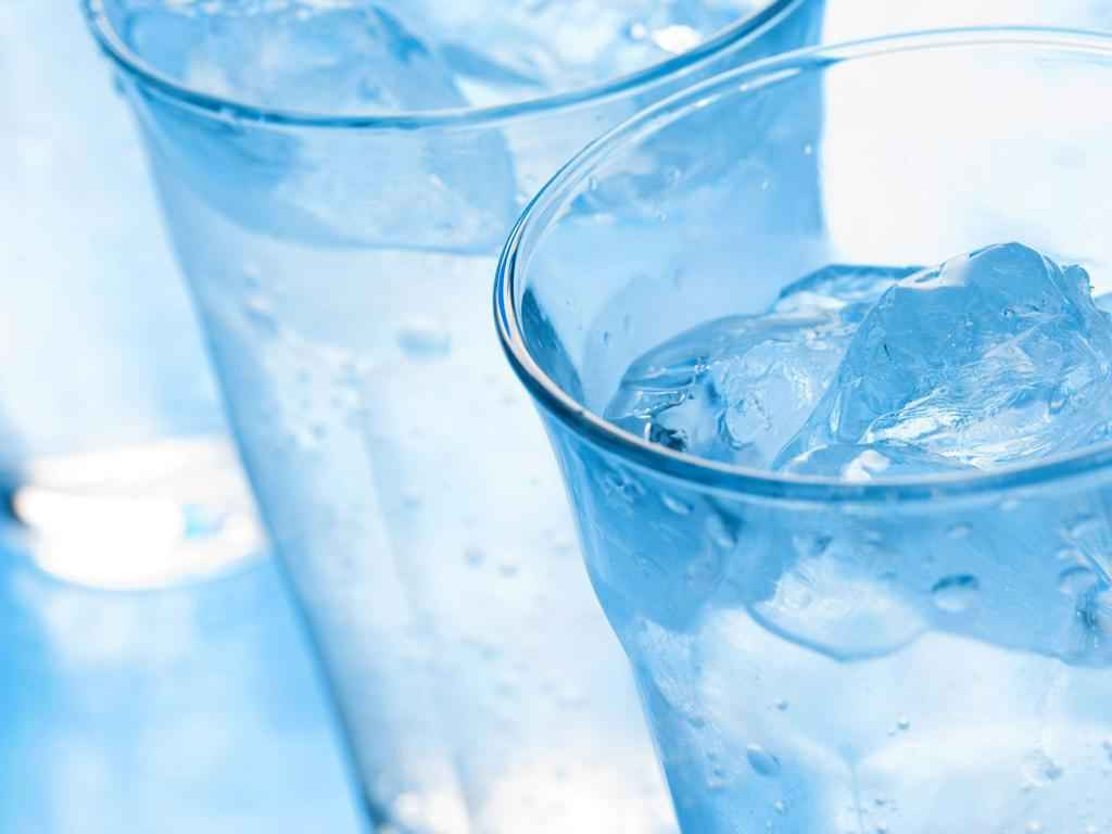 beber agua fria quema calorias
