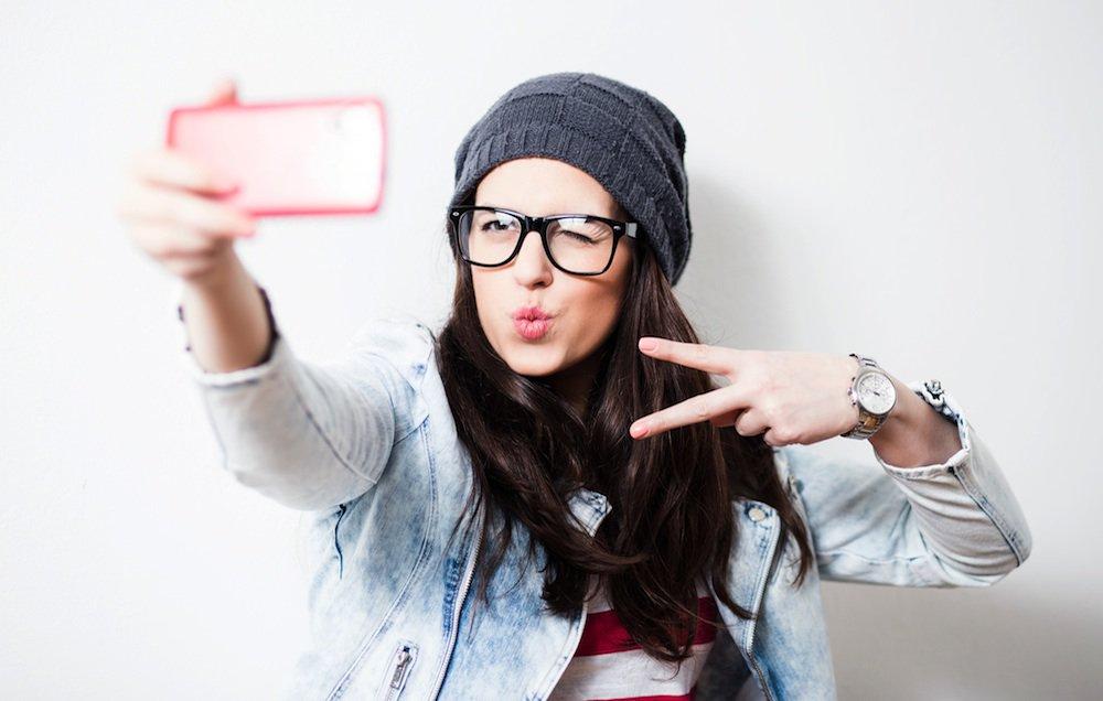 Selfies de hombres Vs. selfies de mujeres: ¿por qué escogen ángulos distintos?
