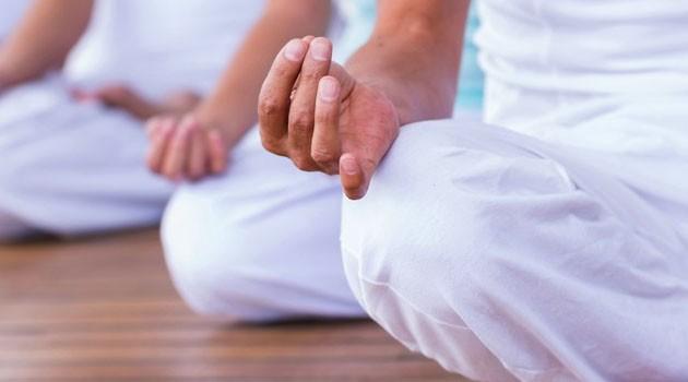 """El yoga causa """"posesión demoníaca"""", según este exorcista del Vaticano"""