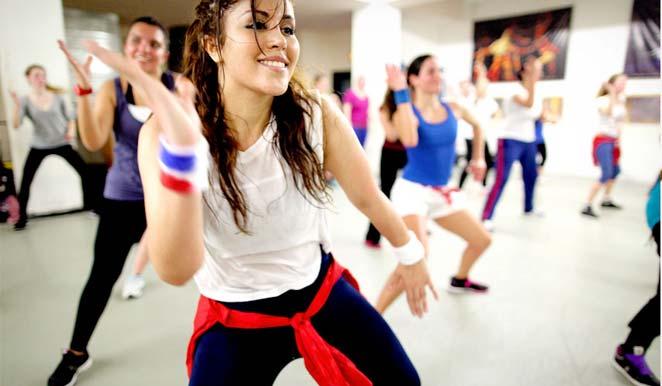 ¿Cómo hacer ejercicios de zumba fitness en casa para adelgazar?