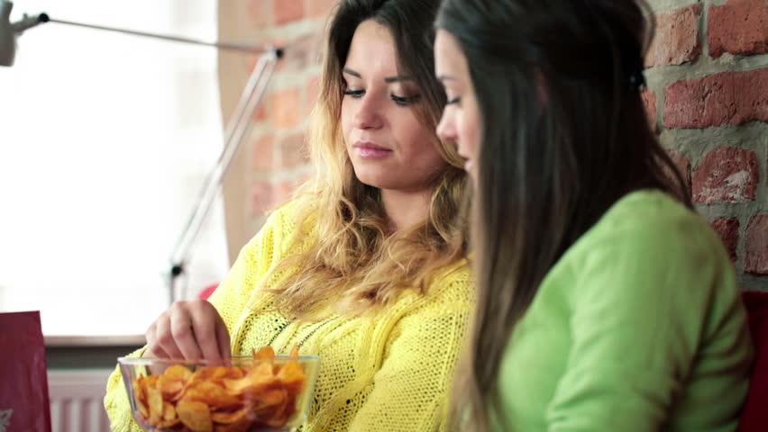 5 cosas que están haciendo que comas más aunque no tengas hambre
