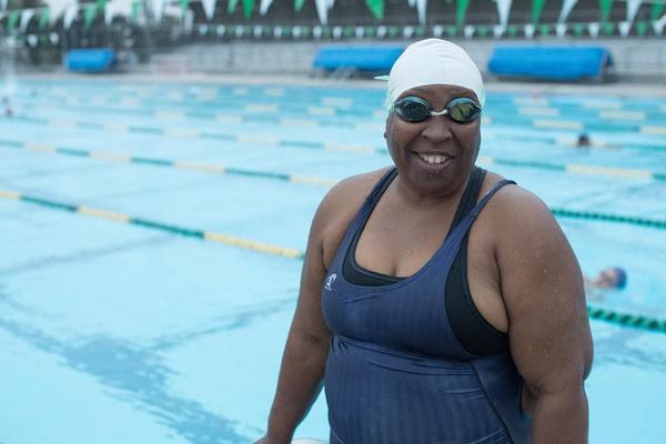Esta nadadora ciega y con sobrepeso ha ganado 176 medallas