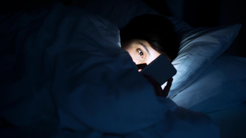 Utilizar el móvil a oscuras puede causar ceguera transitoria