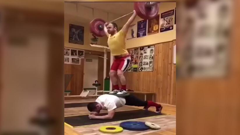 El impresionante reto de un atleta ruso: una plancha con 200 kilos sobre él