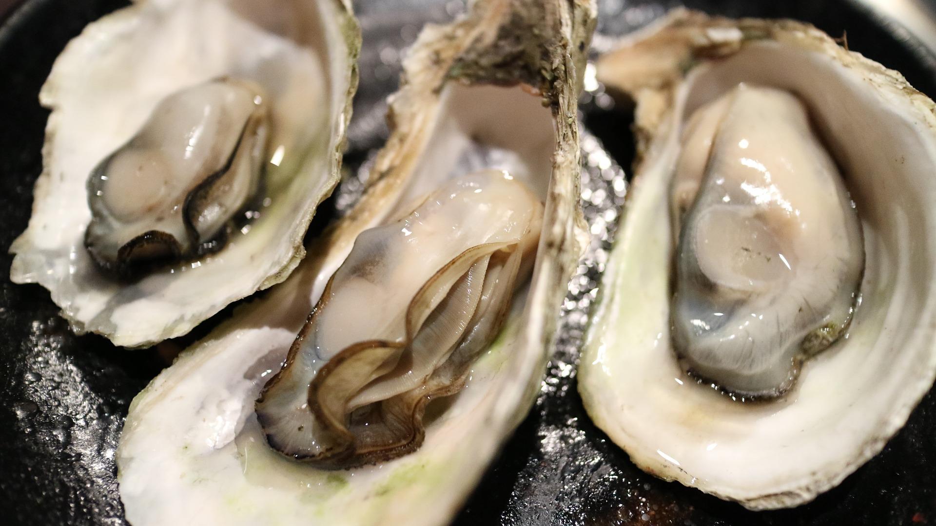 muere al comer ostras