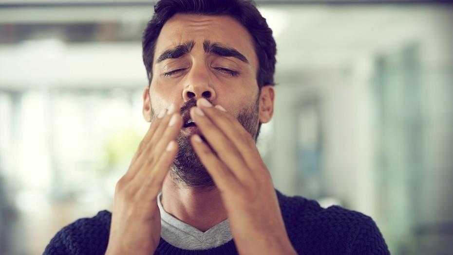 Se rompe la garganta al intentar contener un estornudo